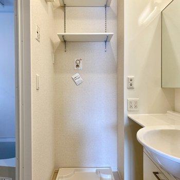 脱衣所。洗濯機置き場の上にシェルフがあり、洗剤などさっと使える位置におけますよ。
