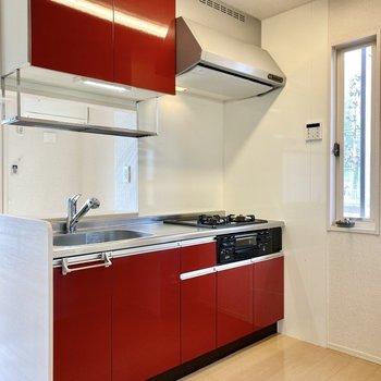 【LDK】対面式のキッチン。鮮やかなレッドがお部屋のアクセントになっていますね。