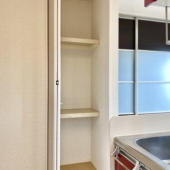 【LDK】キッチン横の収納スペース。ちょっとした工具や日用品など収納すると、すぐに取り出せて便利ですね。