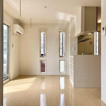 【LDK】2面採光で縦長の窓がスマートなお洒落さ。