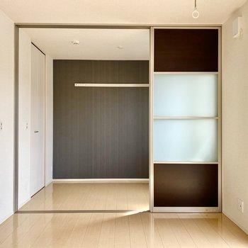 【LDK】洋室とは引き戸で仕切られています。