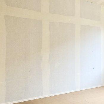 【洋室6帖】ローチェストなど家具を置くならこちらでしょうか。※写真はクリー二ング前のものです