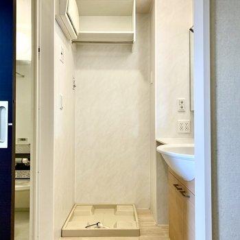 脱衣所に洗濯機置き場があるとお着替えも楽になりますね。※写真はクリー二ング前のものです