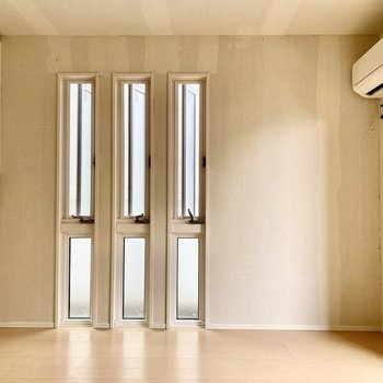 【LDK】縦長の窓が現代的な雰囲気。※写真はクリー二ング前のものです