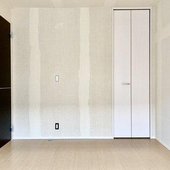 【洋室6帖】こちらもモノトーンの扉達。※写真はクリー二ング前のものです