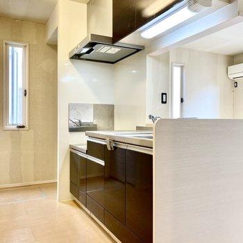 【LDK】対面式のシックなキッチン。※写真はクリー二ング前のものです