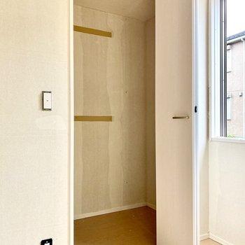 【洋室6.1帖】ワンステップクローゼット。しっかりと奥行きがあります。※写真はクリー二ング前のものです
