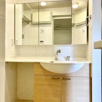 ワイドな洗面台。左下にはランドリーボックスなど収納具を入れられますよ。※写真はクリー二ング前のものです