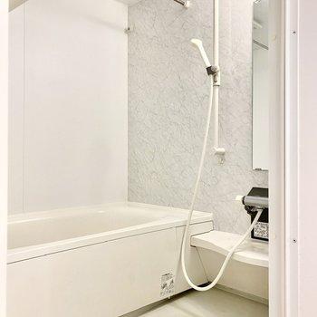 ゆったりと奥行きのある浴室。浴室乾燥機付きですよ。※写真はクリー二ング前のものです