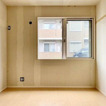 【洋室6帖】対照的な位置に窓があります。※写真はクリー二ング前のものです