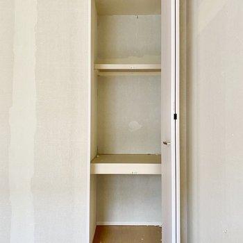 【洋室6帖】三段に分かれた収納。バッグや家電などちょうどよく入りそうです。※写真はクリー二ング前のものです