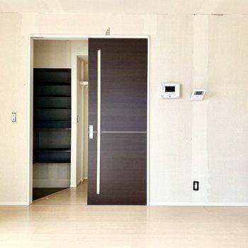 【LDK】玄関とは木目調の引き戸で仕切られています。※写真はクリー二ング前のものです
