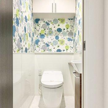 華やかなクロスのトイレ。
