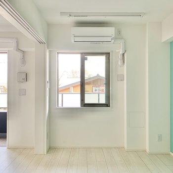 【洋室】腰窓なので、ベッドを壁に寄せることもできますね。