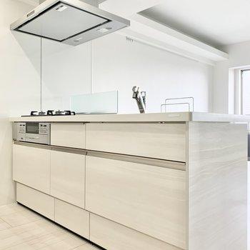 白で統一されたシンプルなキッチン。
