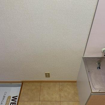 キッチン左、玄関との間が冷蔵庫置き場