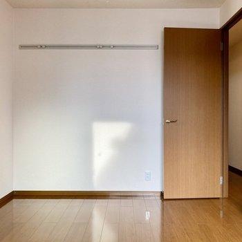 【洋室北】壁にフックがついていますね。ドライフラワーや雑貨を掛けて飾ってみるのもよさそうです。