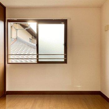 【洋室北】腰窓からは西日がよく入ってきますね。