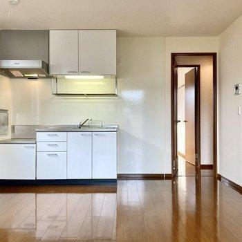 【LDK】キッチンはホワイトでまとめられています。