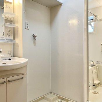 横には洗濯機置き場があります。上部のラックに洗剤など置けて便利ですね。