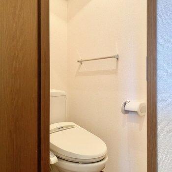 お手洗いはシンプルで清潔感があります。上部にシェルフがありますよ。