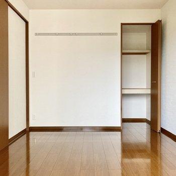 【洋室南】縦長な収納スペース。プラケース等を積んで入れると空間を有効活用できそうですね。