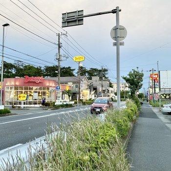飲食店や、電気屋さんなどが近くにありましたよ。