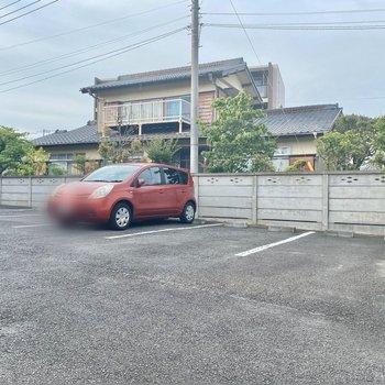 駐輪場(空き要確認)。広々としており、車の出し入れがしやすそうです。