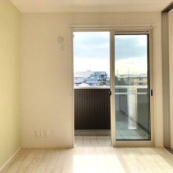 【洋室1】リビングお隣の洋室はグリーンのクロスが素敵。