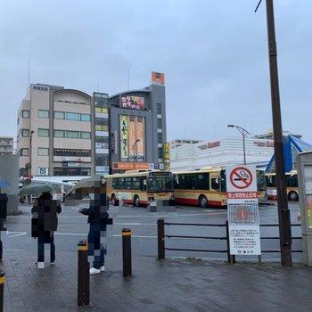 駅前には飲食店やコンビニなどがありました。