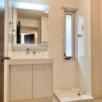 洗面台と洗濯機置き場は隣り合っています。窓もあって換気もしやすい。