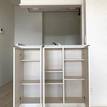 【LDK】キッチン前の収納には備蓄品などを。