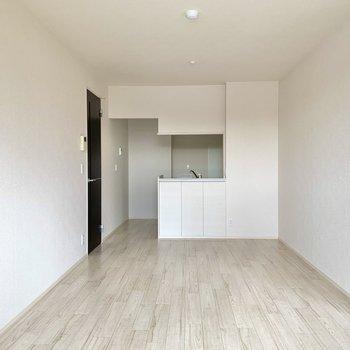 【LDK】シンプルな空間なので、思い切ってグリーンなどのソファを置くとアクセントになります。
