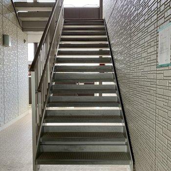 階段幅は広めなので、大きい荷物も通れそう。
