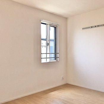【洋室①】窓横にはフックが付いています。