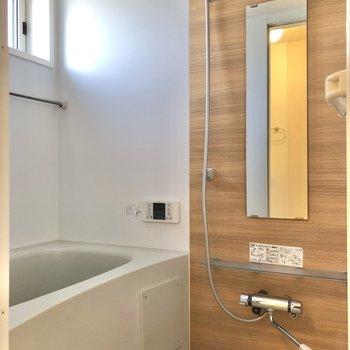 お風呂はブラウンパネルで明るい印象。