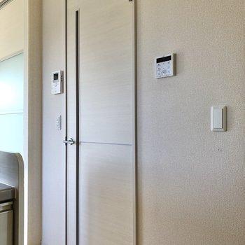 廊下へ続くドアの横にTVモニタ付きドアホンを発見。