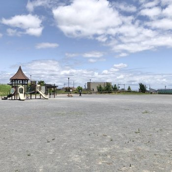 近くには開けた公園や、