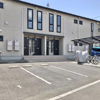 敷地内には駐車場や屋根付きの駐輪場もあります。