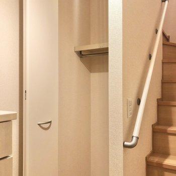 階段横にはコートやアウトドアグッズを入れておくと良さそう。