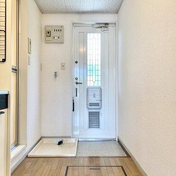 ポストは玄関ドアについています。右側にシューズボックスが設置できそうですね。