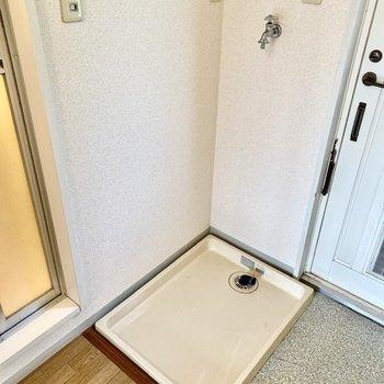 玄関ドアの横に洗濯機置き場がありますよ。空間が上手く使われていますね。