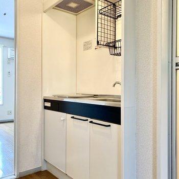 キッチンはモノトーンでシンプルな造り。