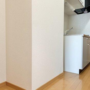 冷蔵庫は手前に置けます。