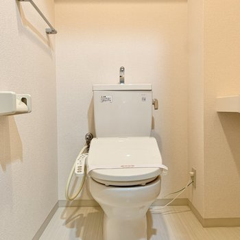 トイレ上部には棚があります。