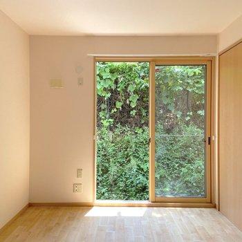 【洋室南西側】緑で涼しげ、日光もしっかり入ってきますよ。