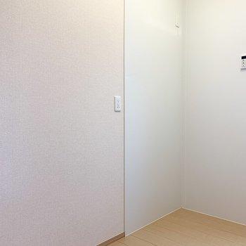 【LDK】キッチンの後ろには冷蔵庫や食器棚を置くことができます。