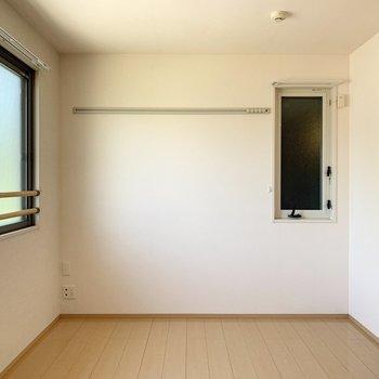 【約6帖洋室】ピクチャーレールには写真や絵画を掛けられます。