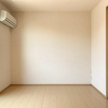 【LDK】内装はシンプルです。木製の家具が合いそうです。