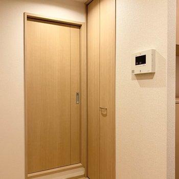 2階廊下です。右の扉は収納。左の扉を開けると洗面脱衣所です。